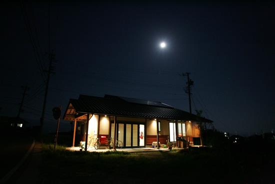住宅写真 満月の夜